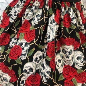Pleaded skirt skulls